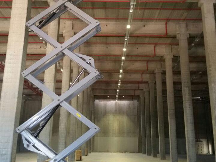 LED Hallenleuchte HiClud Anbauvariante Referenzeinsatz in Hallen und Lager und Produktion und Veranstaltung