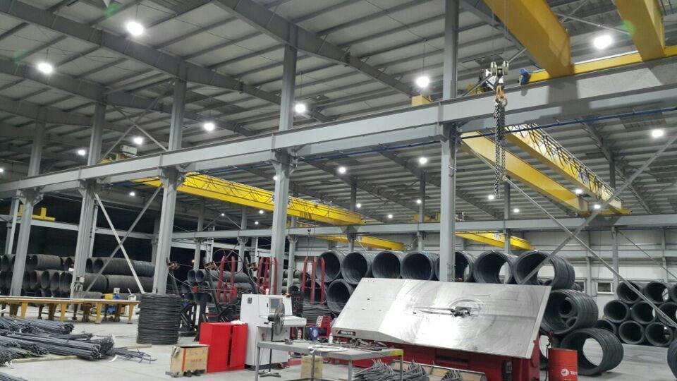 LED Hallenleuchte Referenzeinsatz in Hallen und Lager und Produktion