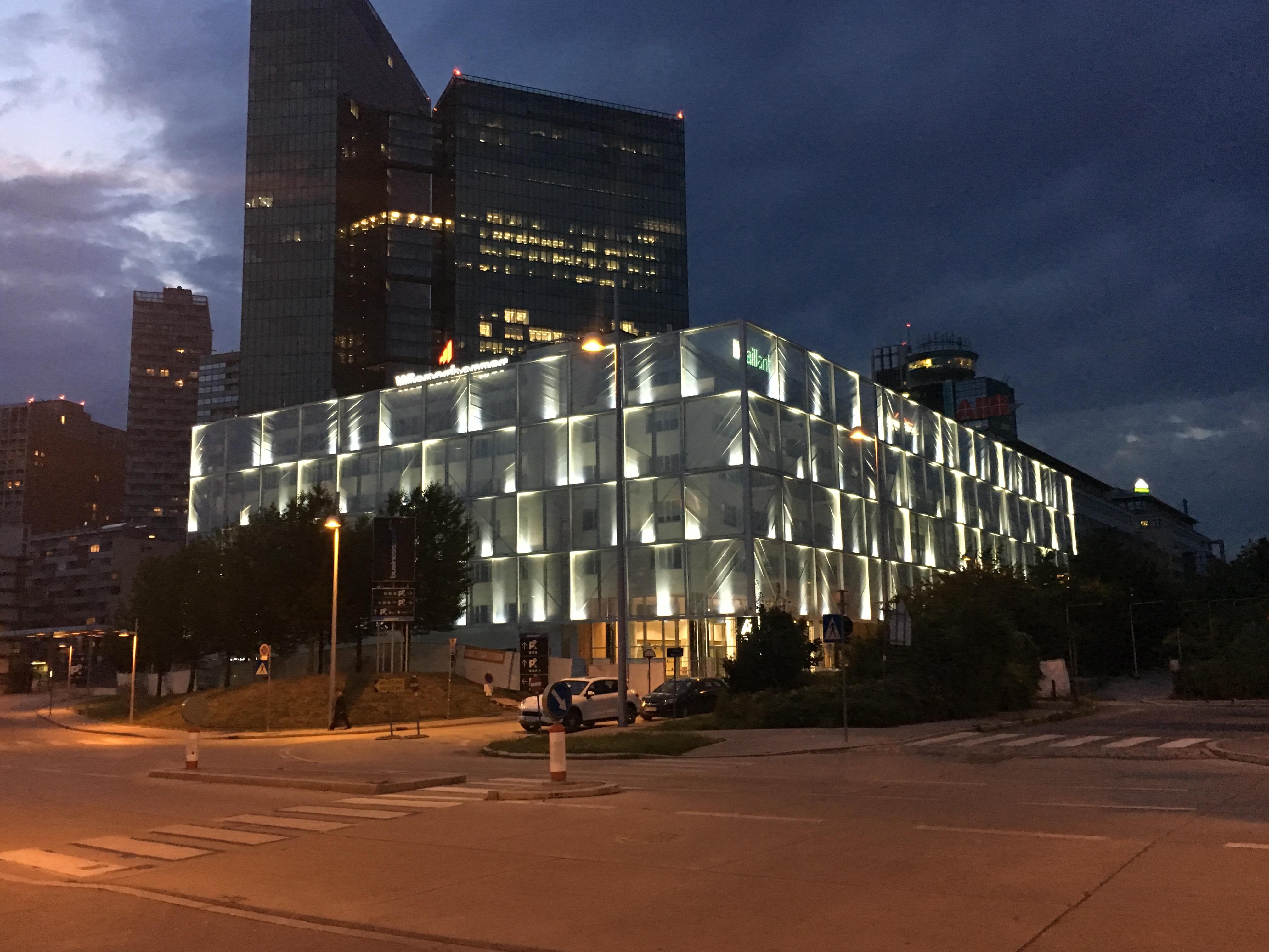 LED Fassadenbeleuchtung Linea Wienerberg Vaillant